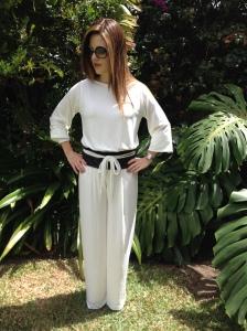 Turquesa, enterizo blanco y fajón de lycra negro con encaje del mismo tono, Diseño de Irene Piedra Batalla.