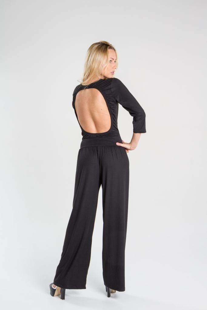 Turquesa, Enterizo negro en punto lycra, manga tres cuartos, espalda escotada. Diseño de Irene Piedra Batalla.