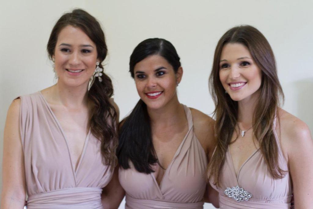 Vestido infinito, tres damas de honor felices con su diseño. Turquesa Slow-Fashion, Irene Piedra Batalla. Foto: Arnoldo Robert.