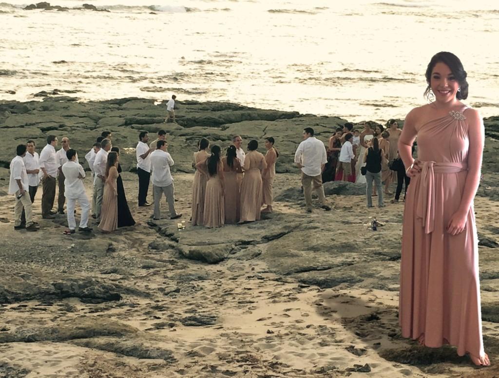Vestido infinito a juego con la arena y el atardecer. Turquesa slow-fashion. Irene Piedra Batalla.