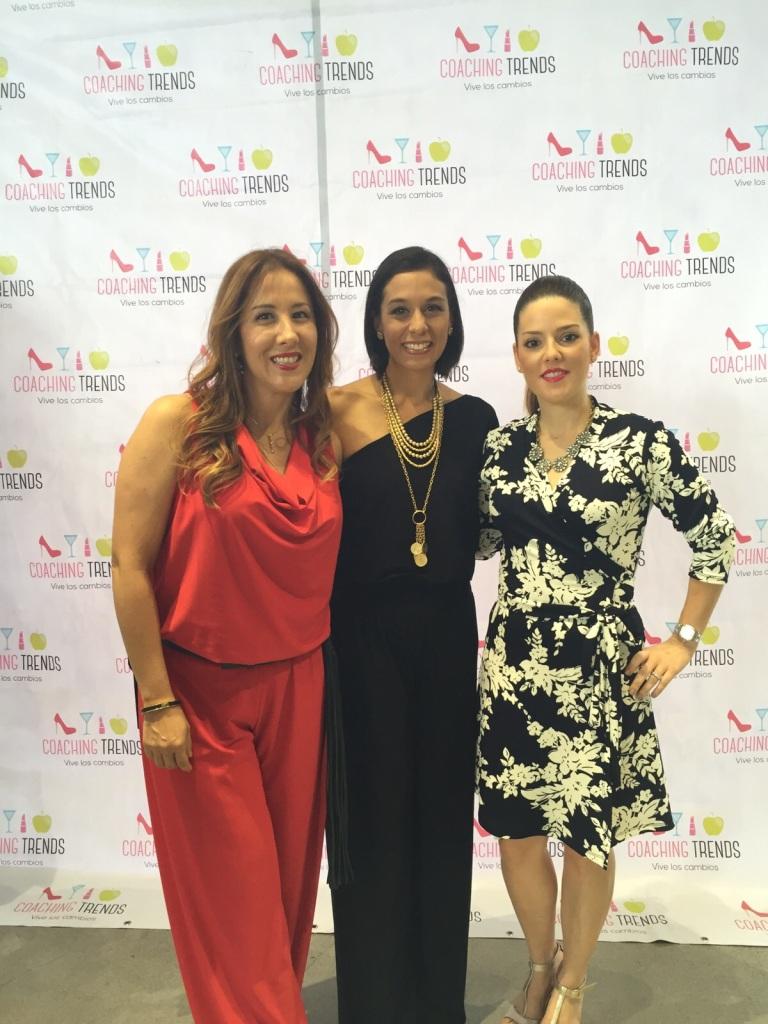 Argelia y Marianela, fundadoras de coaching Trends, luciendo enterizos de Turquesa Slow-Fashion, junto a la diseñadora.