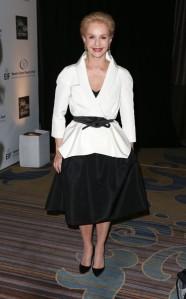 Carolina Herrera y su falda MIDI, símbolo de su estilo de diseño.
