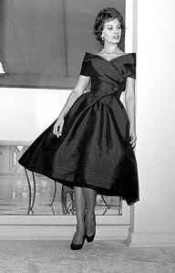 Sophia Loren y su vestido midi en shantung de seda, 1954.
